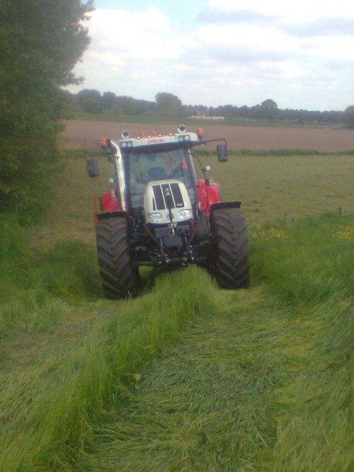 Foto van een Steyr CVT 6175, bezig met gras schudden.vandaag heel de dag geshud en morgen in de pakken