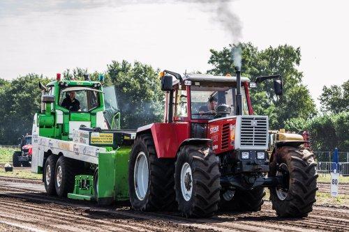 Foto van een Steyr 8150, bezig met trekkertrekken. De Steyr 8150, net gerepareerd en meteen voor de sleepwagen. Trok netjes voor de eerste keer trekken met dees tractor!  Meer foto's te bezichtigen op [url=https://www.facebook.com/media/set/?set=a.581984885177559.1073741837.558726384170076&type=1]MS Fotografie[/url]