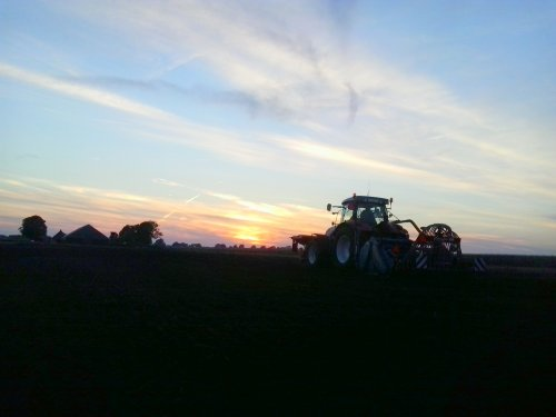 Steyr CVT 6225, bezig met zaaien. Akkerbouw en loonbedrijf Evenhuis V.o.f uit Giethoorn.. Geplaatst door thomie22 op 04-10-2013 om 18:18:13, op TractorFan.nl - de nummer 1 tractor foto website.