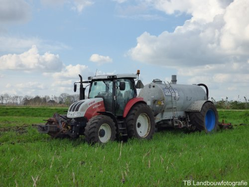 Steyr Profi 4115 van Melkveebedrijf Doze-Pen aan het bouwland bemesten.  [url=https://www.facebook.com/pages/TB-landbouwfotografie/1406470036278668] TB Landbouwfotografie [/url] voor meer