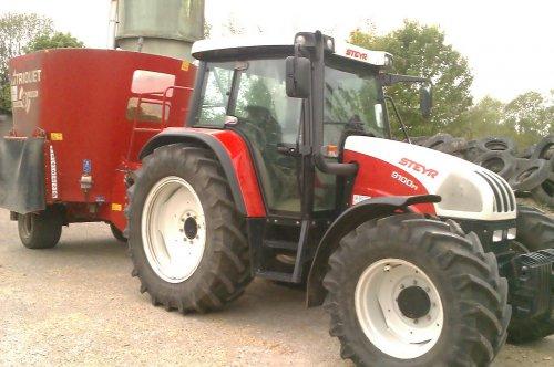 Foto van een Steyr 9100 M, druk bezig met Voeren.. Geplaatst door Harm van Rooij op 08-11-2014 om 00:03:06, op TractorFan.nl - de nummer 1 tractor foto website.