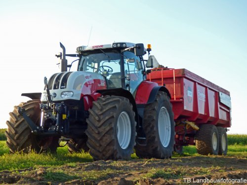 Akkerbouw- & Loonbedrijf Evenhuis Vof staat aan de kopakker te wachten met een Steyr CVT 6225 + Beco 1800 kipper. (2014)