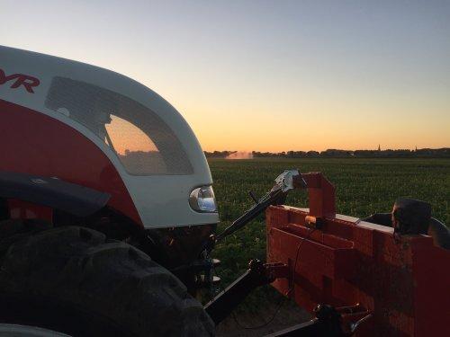 de waterschade is nog maar amper weg of de haspels kunnen alweer aan. Geplaatst door dombras op 19-07-2016 om 11:17:45, op TractorFan.nl - de nummer 1 tractor foto website.