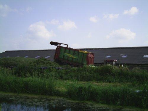 Foto van een Strautmann Mega Vitesse, bezig met gras inkuilen.. Geplaatst door Opraapwagen op 25-04-2015 om 22:13:16, op TractorFan.nl - de nummer 1 tractor foto website.