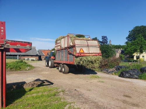 Foto van een Taarup Opraapwagen. Collega  boer helpen met nog de 1 sta snede. Zit een behoorlijke pak op zeg🙈🤭