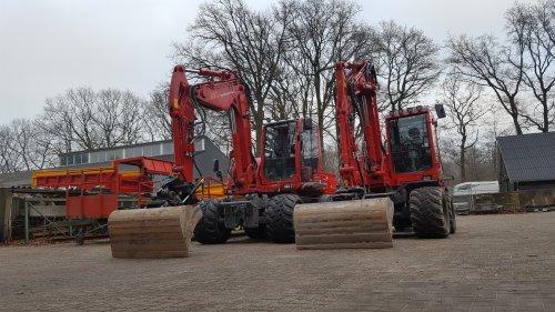 Foto van een Takeuchi TB295W en een TB175W. Geplaatst door Knikker op 19-12-2016 om 22:10:31, op TractorFan.nl - de nummer 1 tractor foto website.