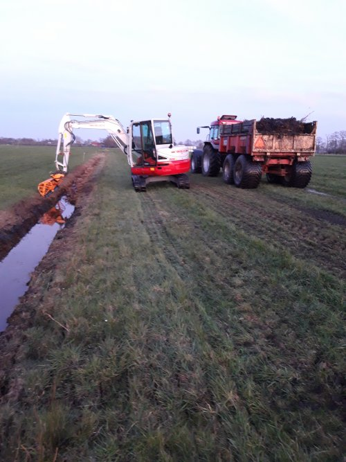 Takeuchi tb 260 aan het maaikorven. Geplaatst door CVX 1155 op 03-05-2020 om 13:36:37, op TractorFan.nl - de nummer 1 tractor foto website.