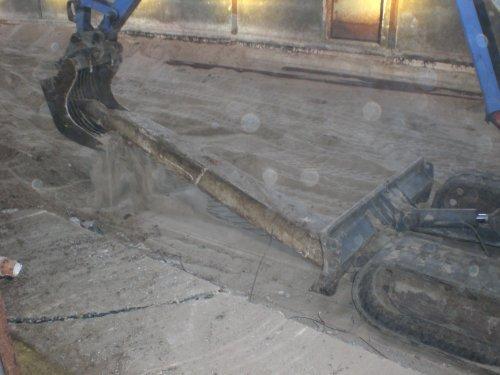 Foto van een Takeuchi TB53FR, bezig met trekkertrekken. FF een muurtje door de midden breken.... Geplaatst door Ronijn op 05-09-2008 om 09:51:00, op TractorFan.nl - de nummer 1 tractor foto website.