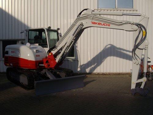Foto van een Takeuchi TB285, bezig met poseren.  Nieuwe 8,5 tonner van japanse makelij, wachtend op een nieuwe eigenaar.