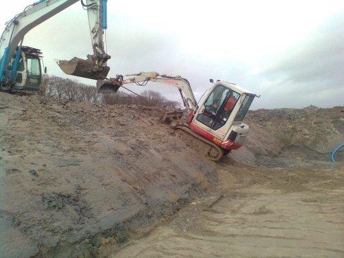 Foto van een Takeuchi TB 125, wordt uit de bouwput gesleept.. Geplaatst door mdoornekamp op 07-01-2012 om 21:29:33, met 5 reacties.