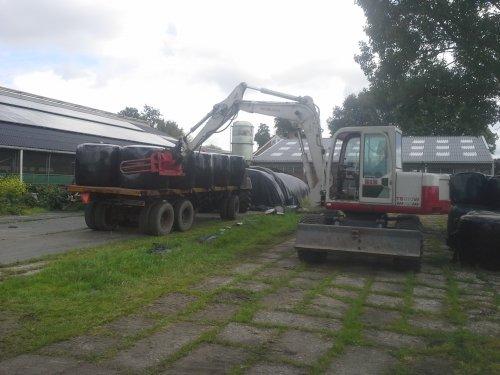 Foto van een Takeuchi TB 070. Balen rijden gaat heel best zo.. Geplaatst door fendt309 vario op 18-06-2014 om 22:27:39, op TractorFan.nl - de nummer 1 tractor foto website.