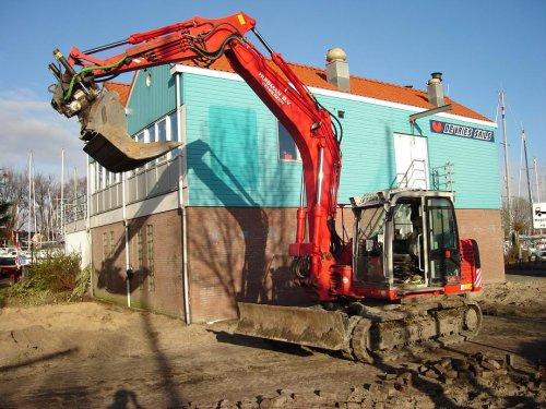 Huisman b.v. uit Venhuizen. Een hele mooie takevoetsie, met rototilt!  Foto komt van een oud collega die er nu werkt.