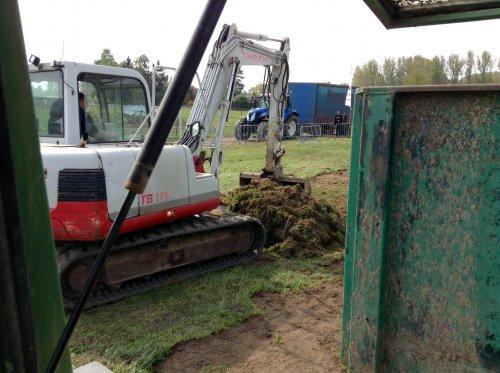 Foto van een Takeuchi TB 175, bezig met dumperen. De trekbaan afgraven op TT spalbeek 2 en 3 mei. Geplaatst door eicher4048driver op 23-09-2015 om 17:30:11, op TractorFan.nl - de nummer 1 tractor foto website.