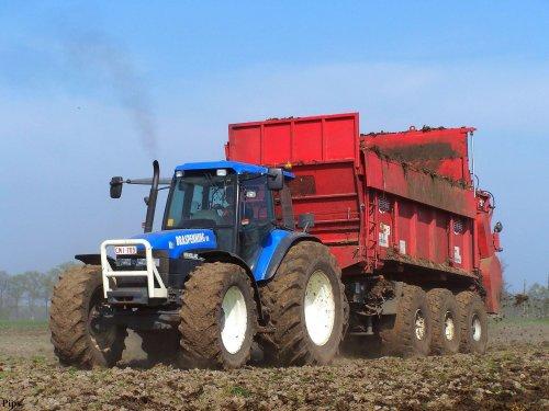 Loonbedrijf Braspenning uit Wortel (B) in 2007 bezig met hun Tebbe-breedstrooier. De wagen is nu vervangen door een Fliegl... Ik dacht dat de trekker een TM 165 was.