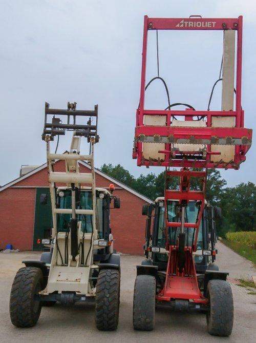 Foto van een Terex shovels, een TL100 en een TL80. Slechts een type groter maar wat een wereld van verschil. De TL80 is een compacte machine met vlotte bediening, de TL100 is heel wat lomper en lang niet zo vlot in de bediening als de TL80, de TL100 heeft wel dansonderdrukking op de giek wat een genot 🙈. Onze TL80 is van bouwjaar 2011 met 7200u en de TL100 die de stratenmaker huurt van 2009 met 660u.