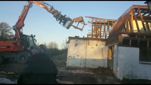 Foto van een Terex TW 150 van Klus en montage Bedrijf Burger (t Zand) ×. Boerderijtje vlakgooien. Geplaatst door atlaspower op 29-12-2019 om 10:41:00, op TractorFan.nl - de nummer 1 tractor foto website.