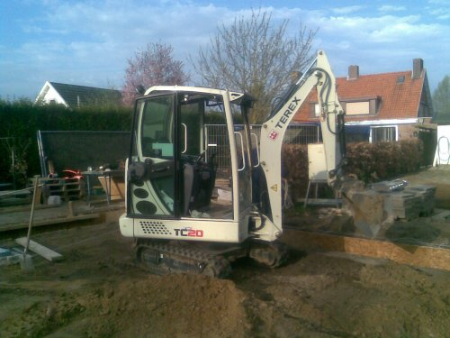 Foto van een Terex TC20, bezig met poseren.  ik bij ons achter in de tuin fundering van schuur uitgraven en vlak maken