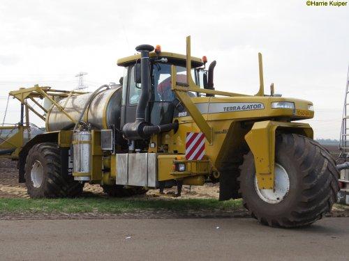 Kijk, daar heb je Gromes-Plender  (IJsselmuiden) × met een Terra Gator 8103.. Geplaatst door oldtimergek op 03-05-2018 om 19:01:14, op TractorFan.nl - de nummer 1 tractor foto website.