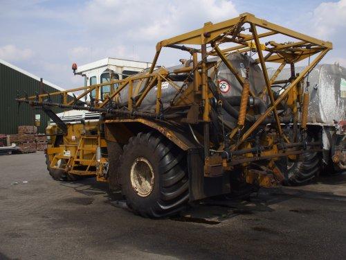 Terra Gator 1703 met spuitbomen , bezig met poseren.. Geplaatst door ONeildeVarioman op 03-05-2008 om 19:37:48, met 4 reacties.