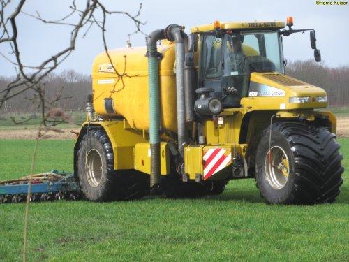 Foto van een Terra Gator 8133 ,op  19-02-2020 aan het grasland bemesten.. Geplaatst door oldtimergek op 19-02-2020 om 16:02:46, op TractorFan.nl - de nummer 1 tractor foto website.