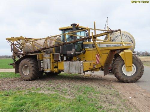 Hier zie je Gromes-Plender  (IJsselmuiden) × met een Terra Gator 8103.. Geplaatst door oldtimergek op 28-07-2021 om 12:07:20, op TractorFan.nl - de nummer 1 tractor foto website.