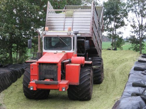 Foto van een Terra Gator 4 wieler, bezig met maïs inkuilen. De Terragator van Loonbedrijf Hoekstra uit Tietjerk bij ons aan het mais rijden. Ding gaat erg lang door onder natte omstandigheden. Laat een stuk mooier land achter als een trekker met kipper.