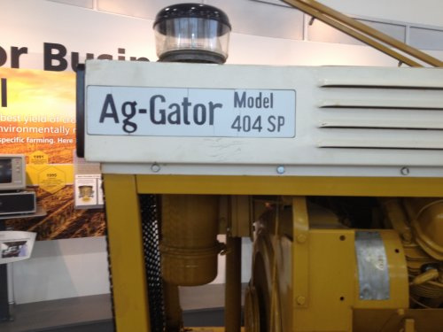 Ag-Gator 404 SP Motor: Wisconsin (Gas) Luchtgekoeld 61PK Transmissie: Borg-Warner Syncromesh 4 Speed   Gebouwd tussen 1969–1971  Foto is genomen in Jackson Minnesota