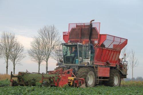 De Tim bietenrooier van Verschoor/Straver in actie in de Knolselderij.. Geplaatst door gerrit power op 25-11-2012 om 10:11:45, met 3 reacties.
