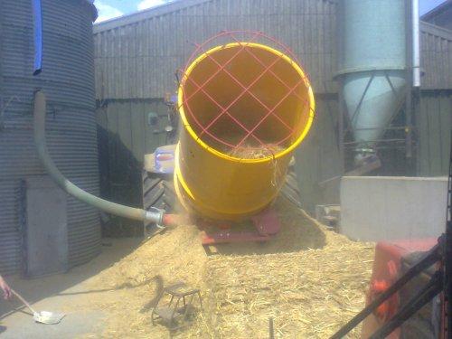 Foto van een Tomahawk balesprider. opkuis kan beginnen. Geplaatst door nhT7 250bluepower op 27-05-2014 om 20:39:23, met 3 reacties.