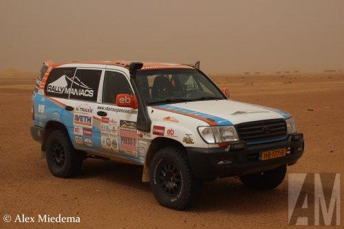 Rallymaniacs (Baarn) × op de foto met een Toyota Landcruiser, opgebouwd als rallytruck.. Geplaatst door Alex Miedema op 03-08-2020 om 09:32:39, op TractorFan.nl - de nummer 1 tractor foto website.