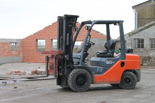 Foto van een toyota heftruc, bezig met het helpen bij de sloop van de 2 oude schuren.. Geplaatst door NHtvt135 op 04-02-2013 om 17:21:47, op TractorFan.nl - de nummer 1 tractor foto website.