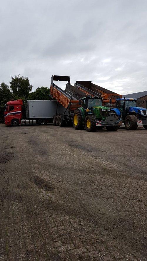 new hollland T7050 en john deere 6215R wortelen aan het overladen. Geplaatst door tijnvraak op 19-11-2017 om 11:14:24, op TractorFan.nl - de nummer 1 tractor foto website.