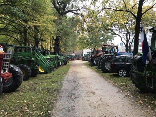 Foto van een Tractors Diverse, geparkeerd op het Koekamp. Geplaatst door Angelo368 op 18-10-2019 om 13:49:04, op TractorFan.nl - de nummer 1 tractor foto website.
