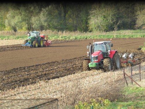Foto van een Tractors Diverse. onder het motto alleen is maar alleen en samen is het uiteraard gezelliger :)