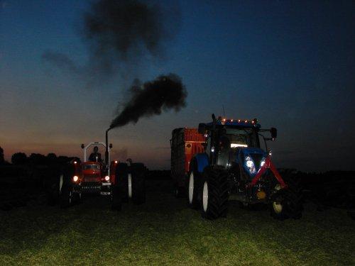 Foto van een Tractors Diverse, bezig met gras inkuilen.  fiat 1100 en nh t6070  t moest toch nog even laat worden