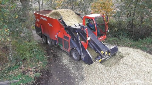 20 oktober 2017 - Mais hakselen onder modderige omstandigheden. Op de foto de Trioliet Triotrac zelfrijdende voermengwagen, die nu even de rol als mais overlaadwagen vervuld. https://www.youtube.com/watch?v=Ux9jAALxQKI