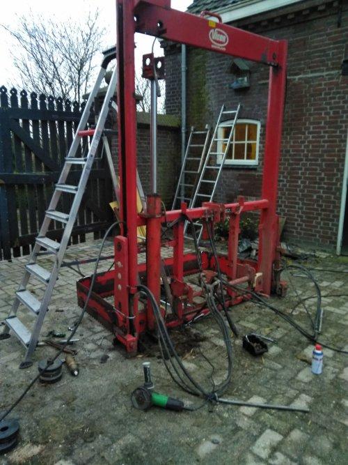 Foto van een Trioliet Kuilvoersnijder is al half gedemonteerd iemand onderdelen nodig. Geplaatst door Ties6210 op 03-02-2018 om 11:19:08, op TractorFan.nl - de nummer 1 tractor foto website.