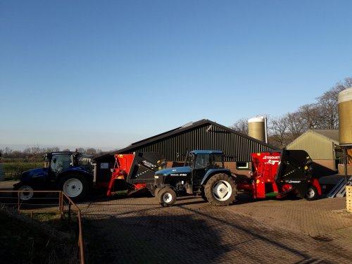 Foto van een Trioliet 8m3 Voermengwagen New Holland T6010 delta met de oude voermengwagen die na 15,5jaar trouwe dienst is ingerolen op de nieuwe voermengwagen achter de New Holland 8160