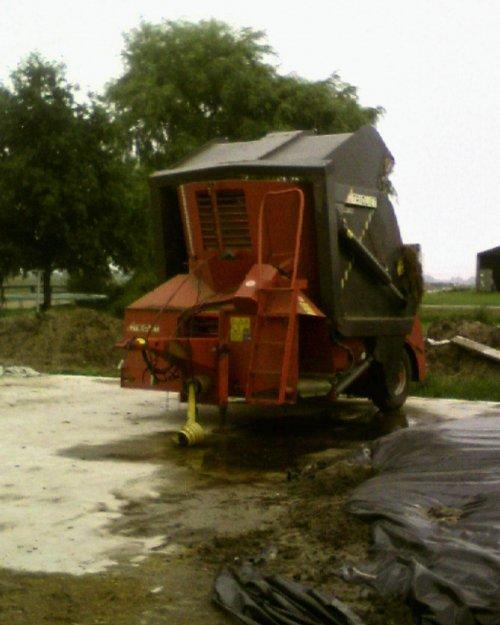 De voermengwagen. Geplaatst door newholland-tgfan op 19-06-2008 om 21:51:14, met 10 reacties.