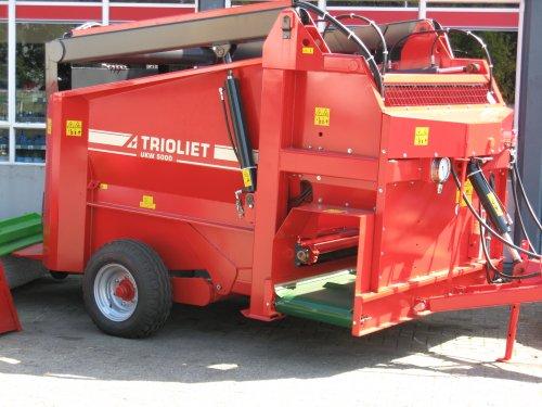 Foto van een Trioliet UKW (voermachine), bezig met poseren.. Geplaatst door ruud-trekkers op 09-07-2010 om 12:49:43, met 5 reacties.