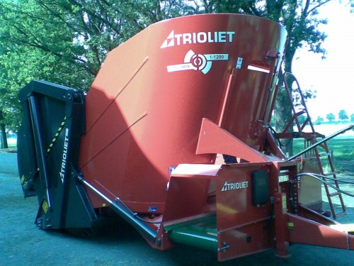 Foto van een Trioliet Triomix (voermachine), bezig met poseren. De nieuwe mengwagen is er !. Geplaatst door frankie11 op 11-07-2010 om 12:33:13, met 22 reacties.
