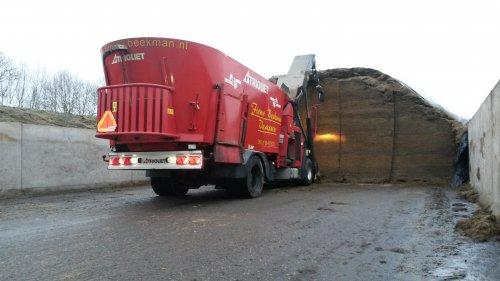 Trioliet Triotrac van Firma Beekman weer een vracht voer laden.. Geplaatst door mftrekkers op 23-02-2015 om 19:25:06, op TractorFan.nl - de nummer 1 tractor foto website.