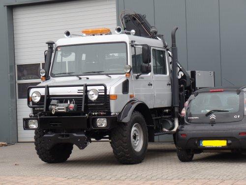 Foto van een Unimog U1450L, opgebouwd als open laadbak. Gespot bij Trias in Apeldoorn. Ben benieuwd wat ermee gaat gebeuren.