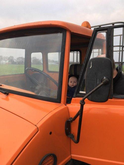 M'n kleinzoon vanmiddag voor het eerst achter het stuur van de Unimog 421 van z'n pa.. Geplaatst door Henk 1120 op 31-12-2020 om 19:05:27, met 6 reacties.