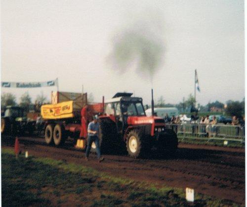 Foto van een Ursus Bison 212, bezig met trekkertrekken. Ingescande foto van de trekkertrek in Varsseveld op 30 april 1989.