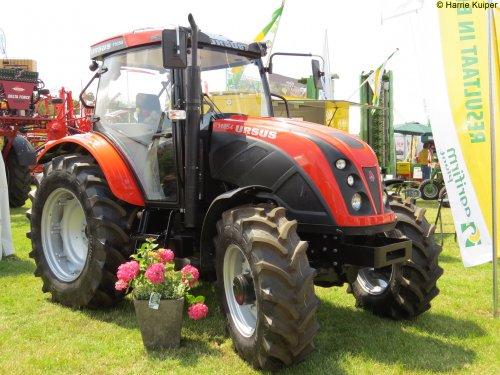 Foto van een Ursus 11054, bezig met poseren.. Geplaatst door oldtimergek op 13-07-2015 om 14:32:55, op TractorFan.nl - de nummer 1 tractor foto website.