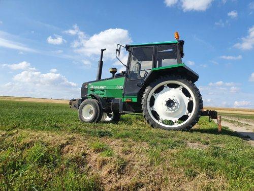 Foto van een Valmet 505 wachten om de volgende haspel uit te trekken. Geplaatst door volvo430 op 07-06-2020 om 12:54:17, op TractorFan.nl - de nummer 1 tractor foto website.