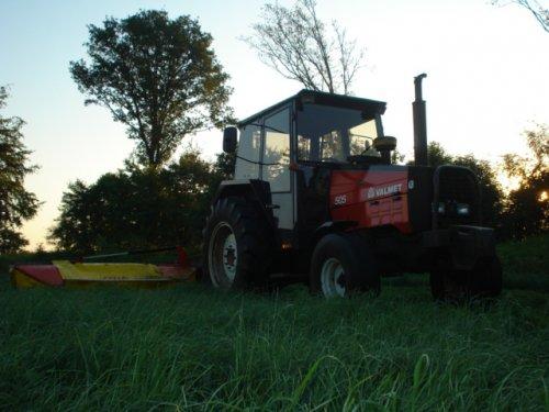 Foto van een Valmet 505, bezig met gras maaien. Uit de oude doos.. Geplaatst door ul op 08-10-2010 om 13:27:57, op TractorFan.nl - de nummer 1 tractor foto website.