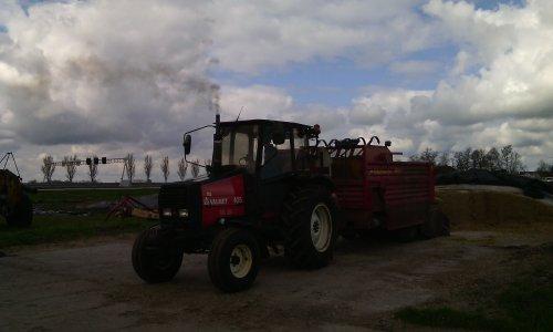Foto van een Valmet 405. Bezig met mais in de voerkar aan het laden. Geplaatst door valtra-geert op 06-04-2015 om 21:12:36, op TractorFan.nl - de nummer 1 tractor foto website.