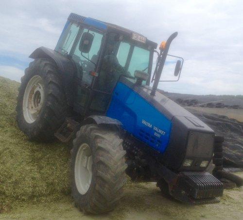 Foto van een Valmet 8000, druk bezig met Gras inkuilen.. Geplaatst door mf-6265 op 14-05-2015 om 20:05:43, met 6 reacties.